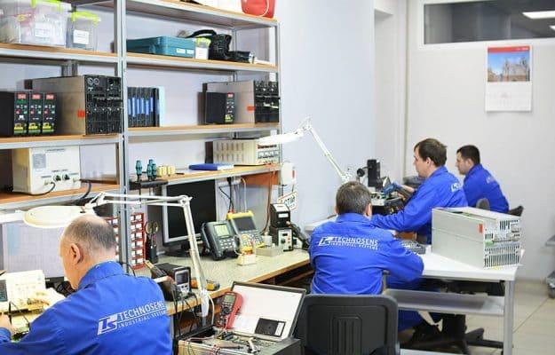 лаборатория Техносенс Сервис, инженеры диагностируют частотники